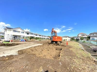 2021年10月下旬には造成工事が終わり、開発道路が南東側幅員4.5mが作られます。