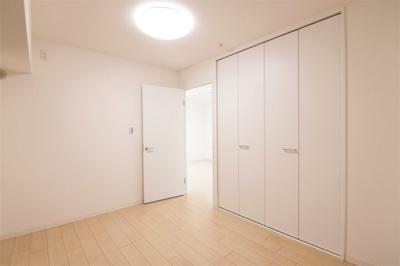 個人の部屋や寝室として使える洋室です クローゼットついてます