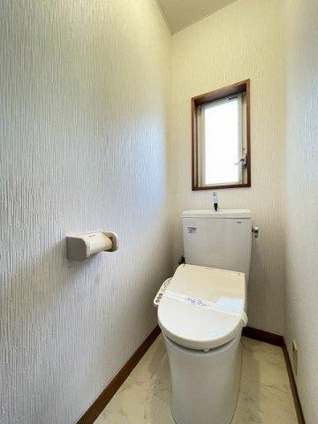 人気のシャワートイレ・バストイレ別です♪窓のあるトイレで換気もOK☆嫌なニオイがこもりません♪