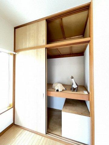 洋室6帖のお部屋にある収納スペースです!奥行きのある収納スペースでお荷物の多い方も安心!