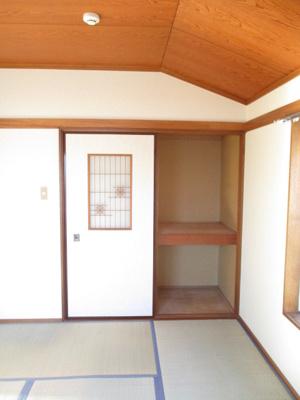 和室6帖のお部屋にある押入れです!ストーブや扇風機など季節ものも収納できます☆