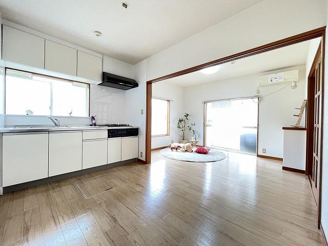 1階・専用庭に繋がる南東向き角部屋二面採光11帖のリビングダイニングキッチンです!エアコン付きで1年中快適に過ごせますね☆