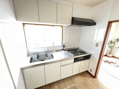1階・11帖リビングダイニングキッチン、窓側からの眺めです☆椅子とテーブルを囲んで家族団欒の時間を過ごせます♪