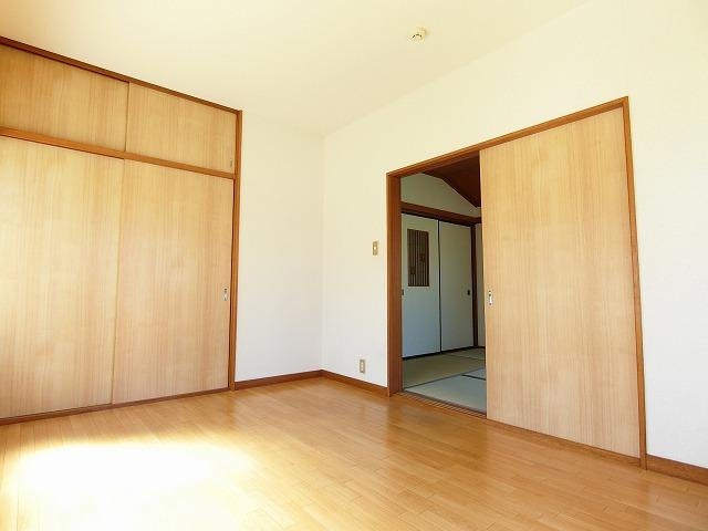 2階・角部屋二面採光6帖の落ち着く和室です!赤ちゃんのごろごろやハイハイはやっぱり和室がよかったりします♪