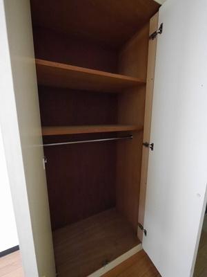 居室の中の収納スペースです★ハンギングも出来るみたいです♪