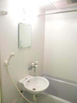 鏡と洗面台付き