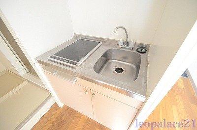 掃除しやすい電気コンロ付きキッチン。