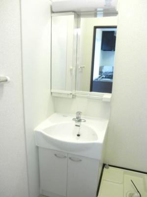 大きな鏡がついた洗面所