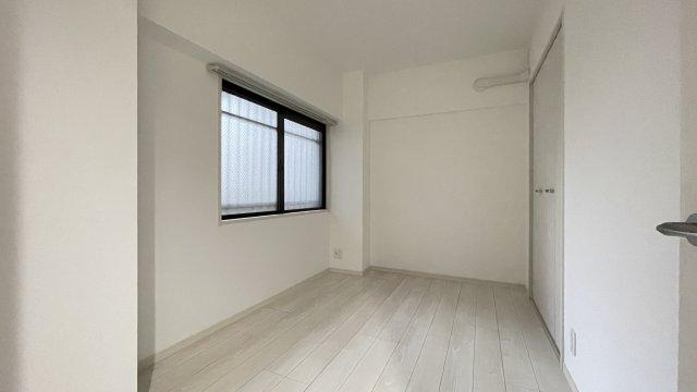 3.7帖の洋室になります!コンパクトなお部屋ですが、収納も完備されております!