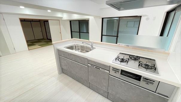 キッチンはLIXILのラクエラに交換しております!コンクリートの質感を思わせるつや消しのグレー色の配色でクールな雰囲気に仕上がってます◎