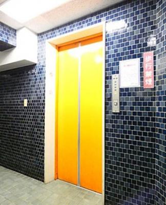麻布狸穴ナショナルコートのエレベーターです。