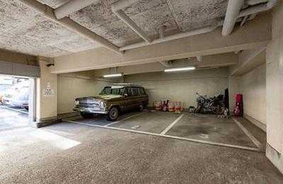 麻布狸穴ナショナルコートの駐車場です。