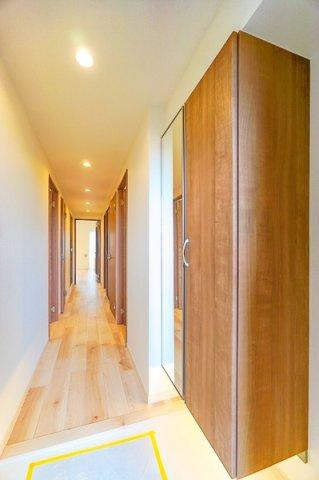 ドアを開けた瞬間、明るい開放的な玄関が迎え入れてくれます。 この玄関は帰りたくなりますね!