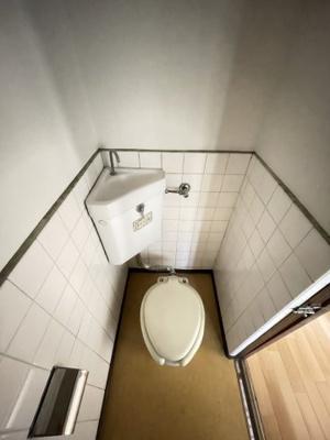 白を基調とした清潔感のあるトイレです