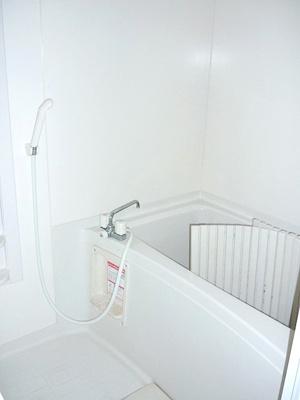 ゆったりした浴室でくつろぎのバスタイムを