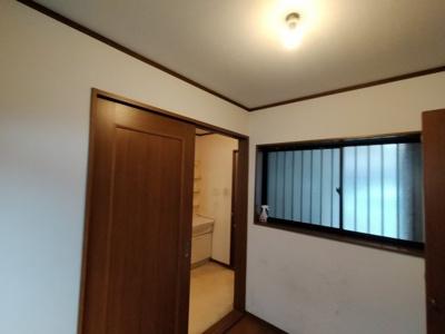 1階洋室(約3.0帖):両面に窓があるので、通風良好です。
