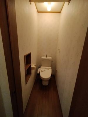 2階のトイレです。 温水洗浄便座付き!!ちょっとした棚がついているのも嬉しいですね♪