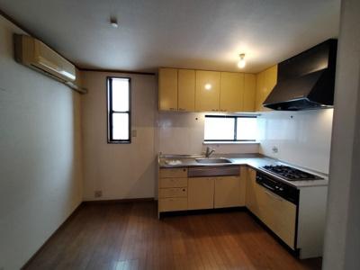 調理動線がよいL字型キッチン仕様です。 窓があり明るいですね♪