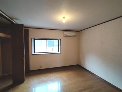 3階洋室(8.0帖):東向きの採光が入る明るいお部屋です。 (エアコン付き)