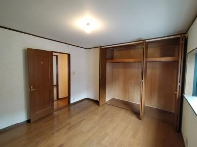 3階洋室(8.0帖)にある収納です。 たくさんお洋服を収納できそうですね♪