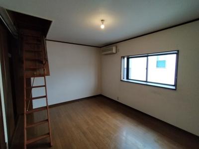 3階洋室(約10帖):西向きの採光が入る明るいお部屋です。