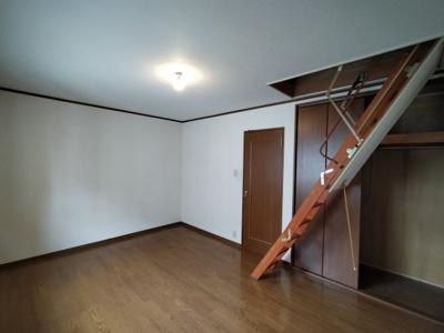 3階洋室(約10帖):こちらのお部屋にはロフト(屋根裏収納)がございます。 シーズンモノ等の収納に便利ですね♪