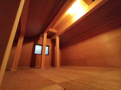 屋根裏収納です。 電気もついており、窓もありますので、換気もできます。