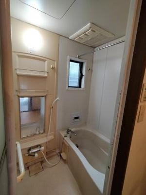 シャンプー棚や鏡がついています。 浴室乾燥機も完備で梅雨や花粉の時期の洗濯も安心ですね♪