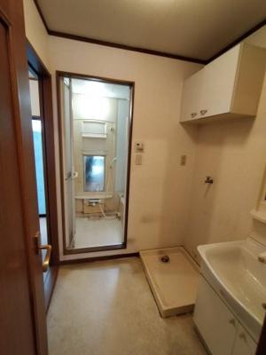 ランドリースペースには、吊戸棚の収納もついており洗剤等の収納にも便利です。