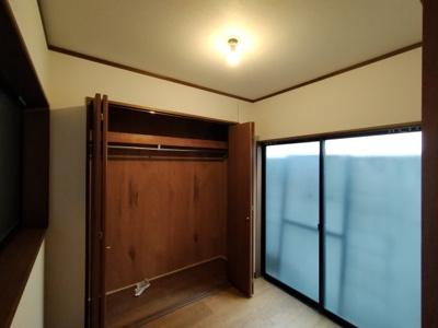 1階洋室(約3.0帖):大きな収納もあり、洗面からの動線となりますので、ご家族の衣裳部屋としてお使いいただく事も!!