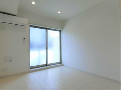 明るい色合いの床材を使用した居住空間(同一仕様)