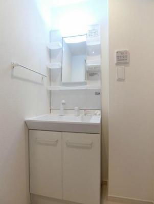 身支度に便利な独立洗面化粧台(同一仕様)