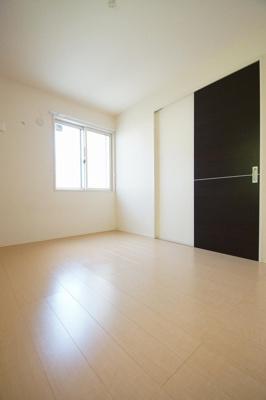 「寝室に利用できる洋室6帖のお部屋です」