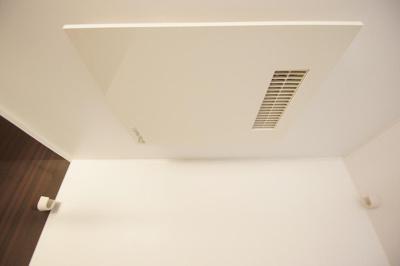 「浴室乾燥機付のバスルーム」