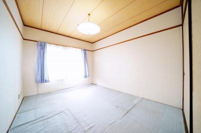 北東側、約6帖の和室です。
