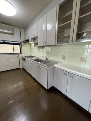 キッチンは収納力バツグンのI型キッチンになります。