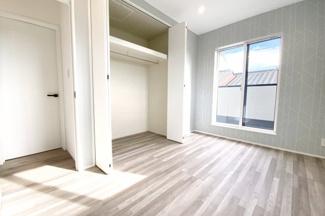 《洋室5.5帖:南側》南側にバルコニーがある明るく風通しの良いお部屋です。