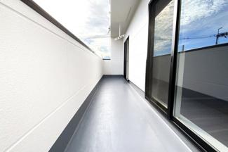 陽当り良好《南面バルコニー》は2部屋から出入り可能なワイドタイプです。洗濯物がよく乾きますね。