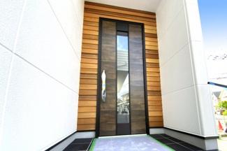 玄関ドアの壁に施された木目が高級感がありお洒落ですね。一度、実際にご覧になってみませんか?暮らしやすい周辺環境も含め、スタッフがご案内いたします。お家探しの第一歩としてでも大丈夫です(^^)/
