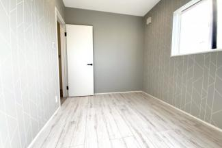 《洋室5.5帖:北側》全室2面採光で明るく快適に暮らして頂けます。