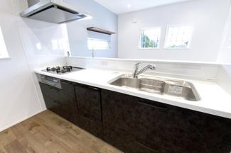 システムキッチンは嬉しい食器洗浄乾燥機付きです。食事の後の片付けはなかなか大変ですよね。便利な設備に任せちゃいましょう!