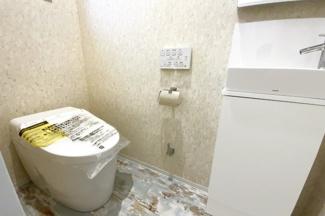 タンクレストイレで室内が広くスッキリしています!手洗いが別に付いているので、小さいお子様やご年配の方でも楽に利用できます。
