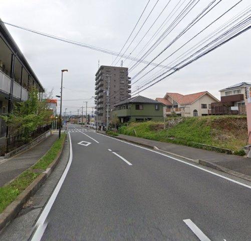 前面道路は南西側にあり、ゆったり12mの広さ◎ 歩道も確保され、整備された道路なので通勤通学やお散歩、ジョギングなどもしやすいですよ。