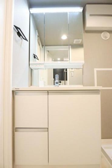 独立洗面台あり、毎朝おしゃれに忙しい女性の方におすすめです 白を基調とした洗面台で、すっきりとした印象になりますね!