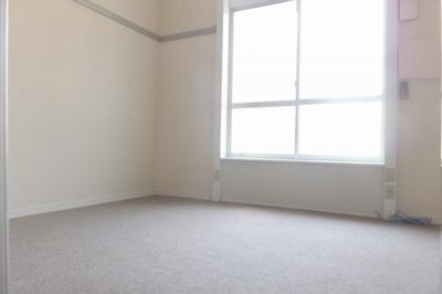 天井が高く開放感があるお部屋です。