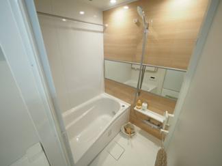 柔らかなカラーで清潔感を醸すバスルーム。一日の疲れを癒す寛ぎの空間です。 令和3年9月13日撮影
