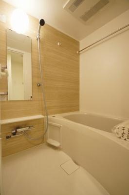 ゆったりとしたサイズのバスルームです。