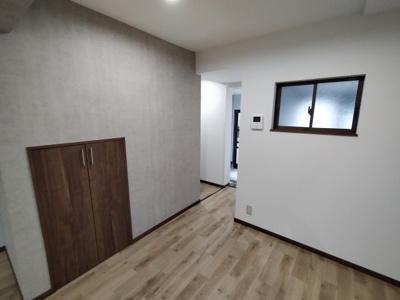 1階のLDK(14帖):階段下収納があり便利です。