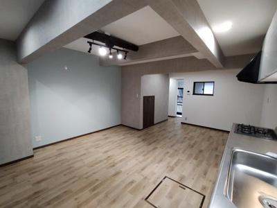 1階LDK(14帖):明るく開放感のあり空間です。 床下収納もございます。
