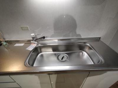 広いシンクですと、大きなお鍋やフライパンも洗う事ができますね♪
